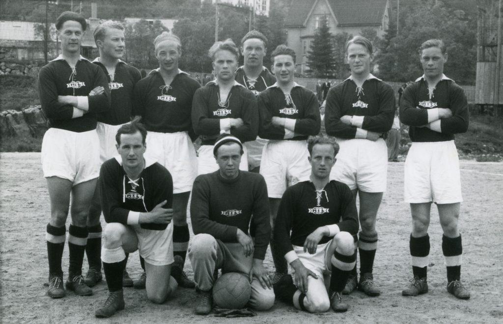 ee94498d A-laget til Melbo IL fotografert tidlig på 50-tallet. Bak fra venstre:  Bjørn Fr. Hermansen, Ørjan Iversen, «Dutte» Bendiksen, Bård Torsen, John  Celius, ...